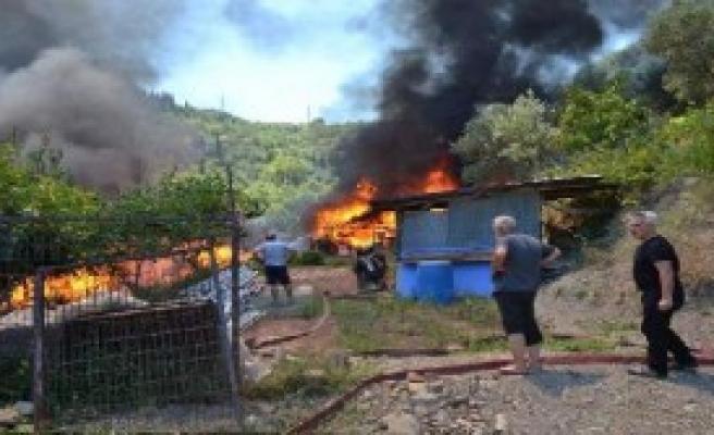 Samanlıkta Çıkan Yangında 2 Ev Kül Oldu