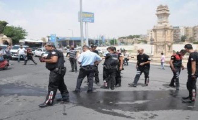 Devrilen Motosikletteki 2 Polis Yaralandı