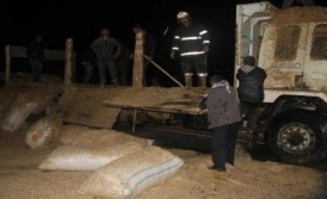 Şanlıurfa'da Saman Yüklü Kamyonda Yangın