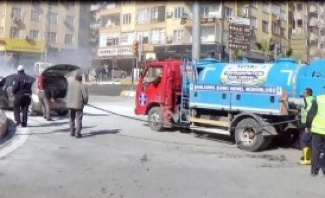 Yanan Otomobili Belediye Görevlileri Söndürdü