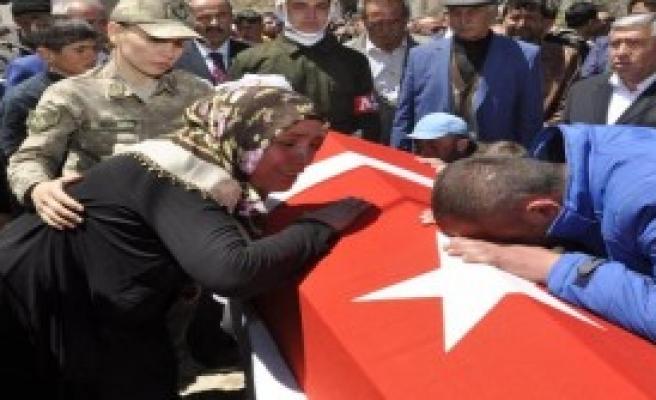 Şehit Uzman Çavuş Kürtçe Ağıtlarla Toprağa Verildi