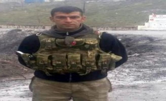 Şehidin Evine Türk Bayrağı Asıldı