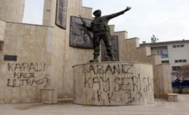 Anıta 'Holigan' Saldırısı Tepki Çekti