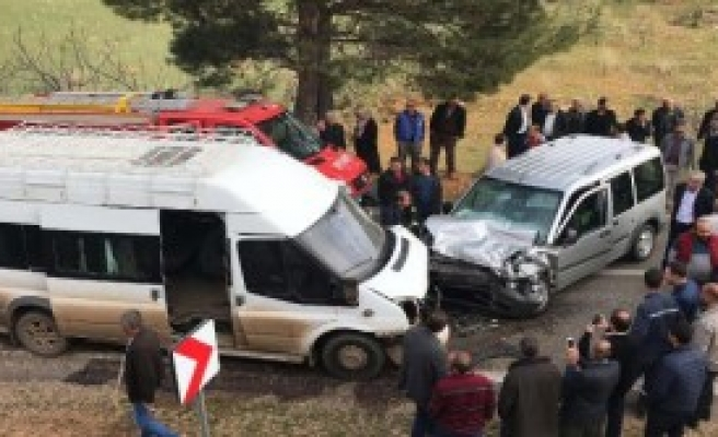 Servis minibüsü kaza yaptı: 14 Yaralı