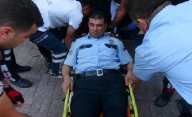 Silahlı Kavgaya Müdahale Eden Polis Kendini Vurdu