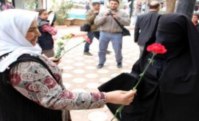 Silopi'de Kadınlar Karanfil Dağıttı