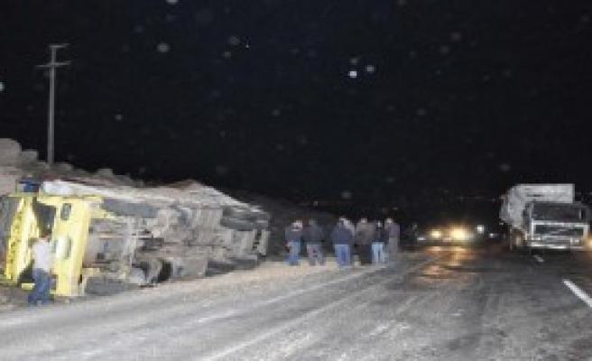Siverek'te Kamyon İle Tır Çarpıştı, Sürücüler Yaralandı