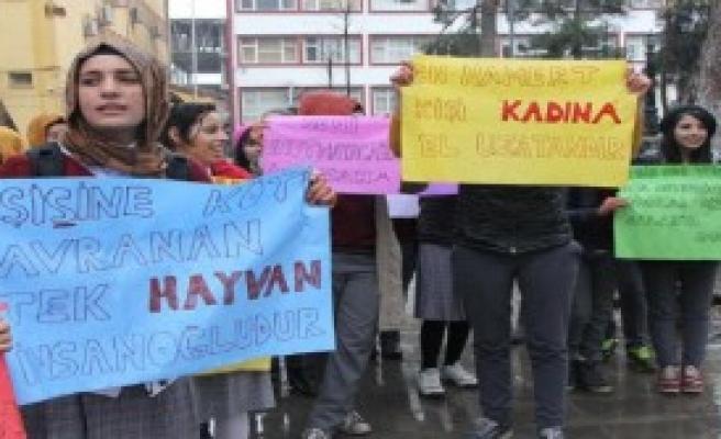 Siverek'te Liseli Kızlar Özgecan İçin Eylem Yaptı