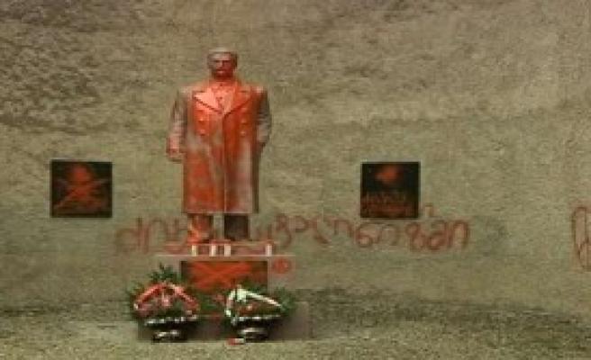 Stalin Heykeline Saldırdılar