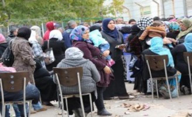 Suriyeliler Para Yardımı İçin Kuyruğa Girdi