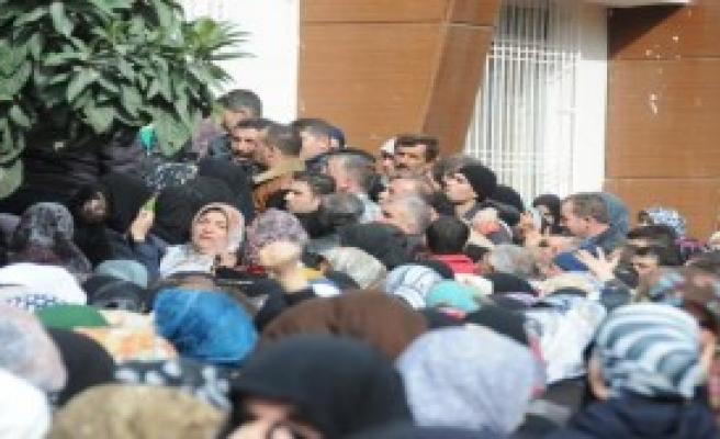 Suriyeliler'in 50 Liralık Yardım İzdihamı