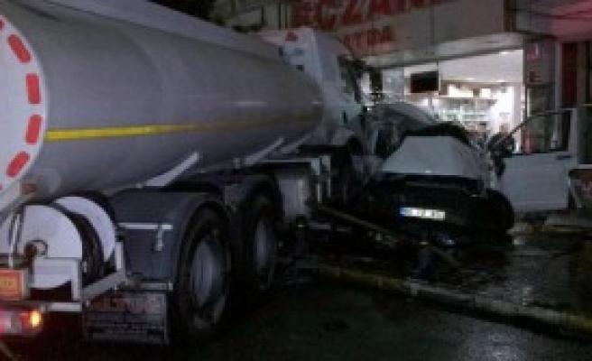 Tankerin Çarptığı Minibüs Eczaneye Girdi
