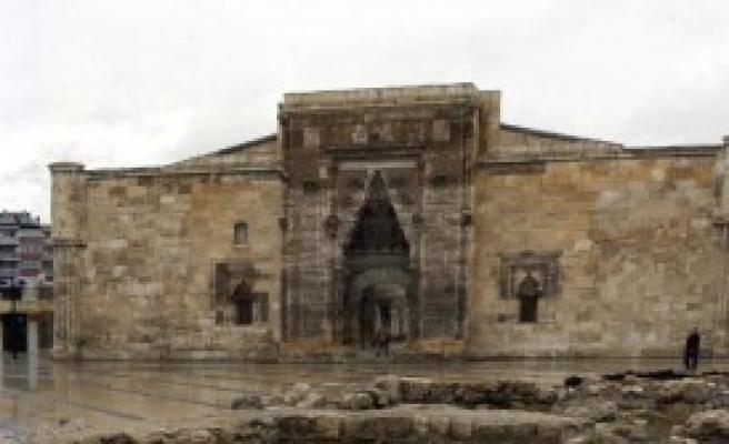 Tarihi Medresenin Boşaltılmasına Esnaf Tepkisi