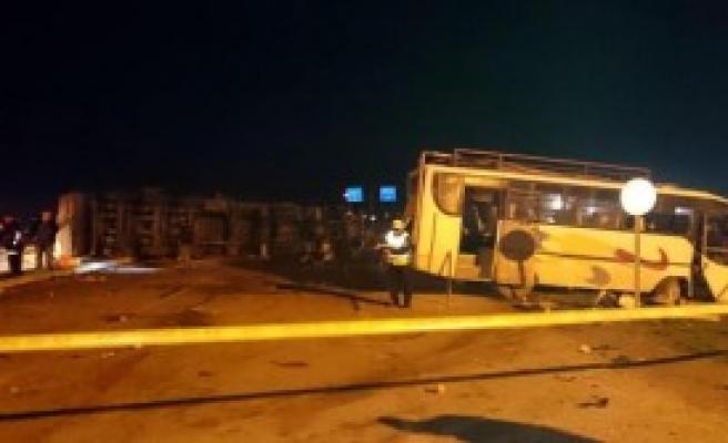 Otobüs İle Kamyon Çarpıştı: 18 Yaralı