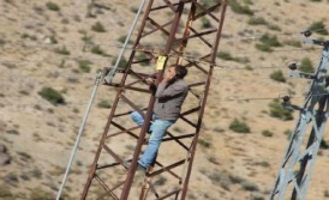 Elektrik Direğine Çıkarak İletişim Sağlanıyor!