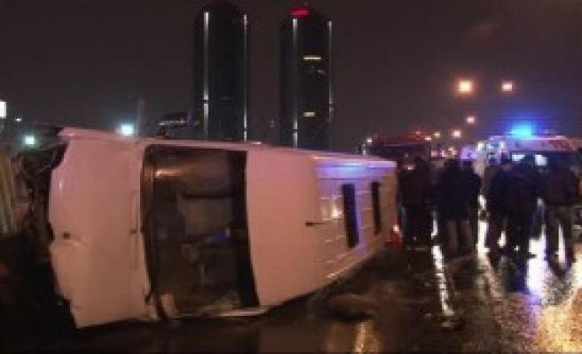 Tem'de Servis Minibüsü Devrildi: 10 Yaralı