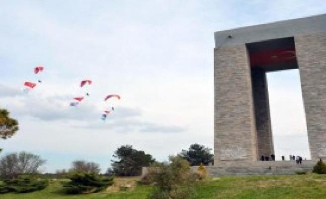 THK'dan Çanakkale Şehitliği'nde Saygı Uçuşu