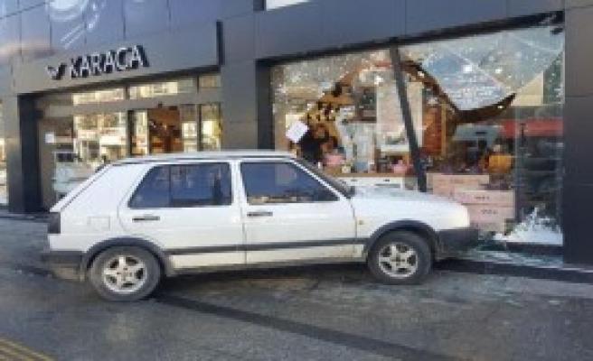 Otomobil Mağazaya Girdi