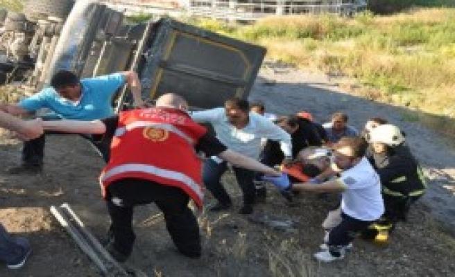 Tır Direkleri Devirdi, Bursa- Ankara Karayolu 1 Saat Kapandı