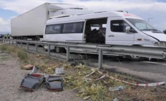 TIR Minibüse Çarptı: 2 Ölü, 10 Yaralı