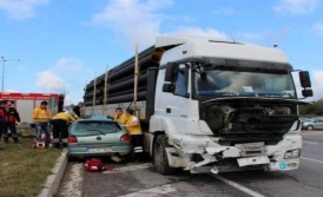 TIR, Otomobile Çarptı: 2 Ölü