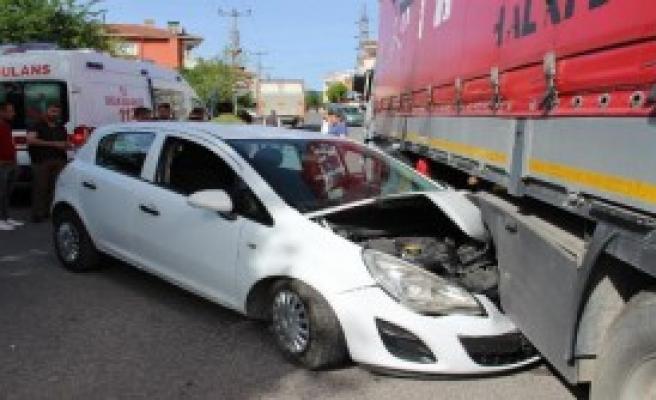 TIR'a Çarpan Otomobilde 2 Kişi Yaralandı
