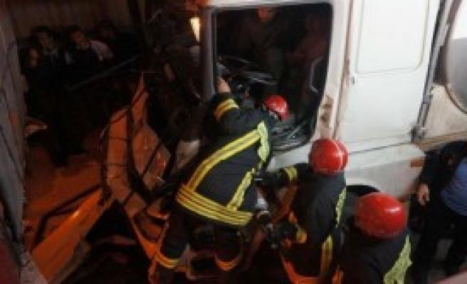 Sıkışan Şoförü İtfaiye Kurtardı