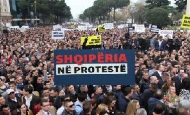 Tiran'da Hükümet Protesto Edildi