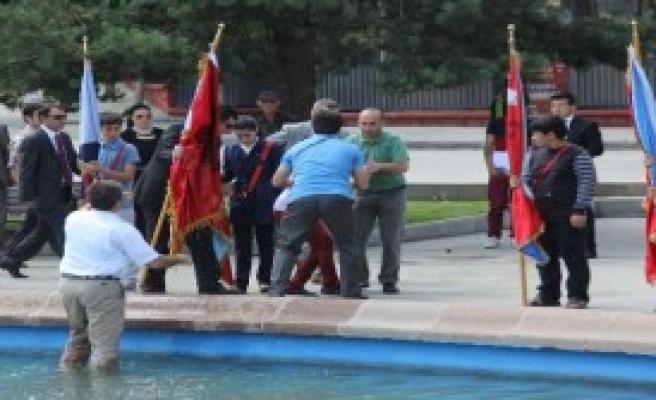 FlamaTutan Kız Öğrenci Havuza Düştü