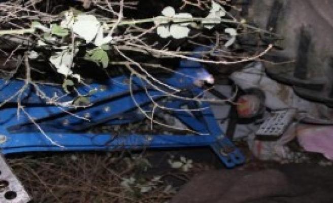 Traktör Devrildi, Sıkışan Sürücü Vinçle Kurtarıldı