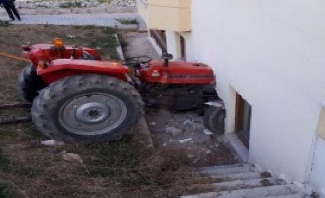Traktör Oda Duvarına Çarptı