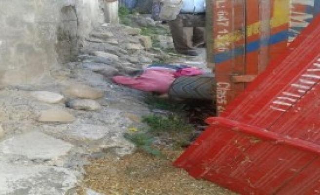 Traktörün Römorkunun Altında Kalan Çocuk Öldü