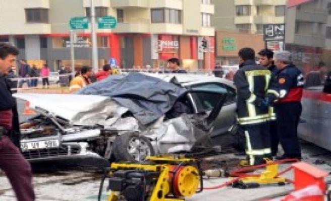 Tramvaya Çarpan Otomobilin Sürücüsü Öldü