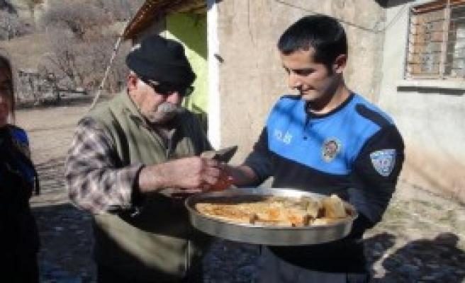 Tunceli'de Polis 'Hızır Lokması' Dağıttı