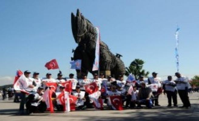 1 Mayıs'ı 10 Bin Kişiyle Kutladı