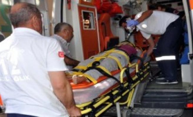 Üçüncü Kattan Atladı, Ağır Yaralandı