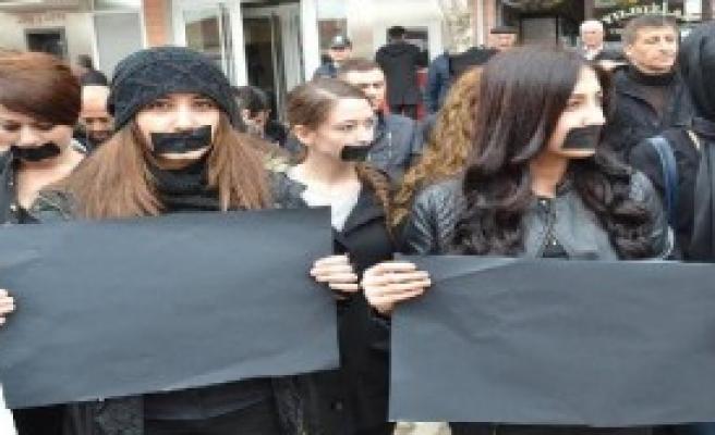 Üniversiteli Gençlerden Özgecan İçin 3 Dakikalık Susma Eylemi