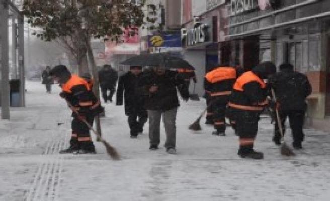 Uşak'ta Kar Yağışı Hayatı Olumsuz Etkiliyor