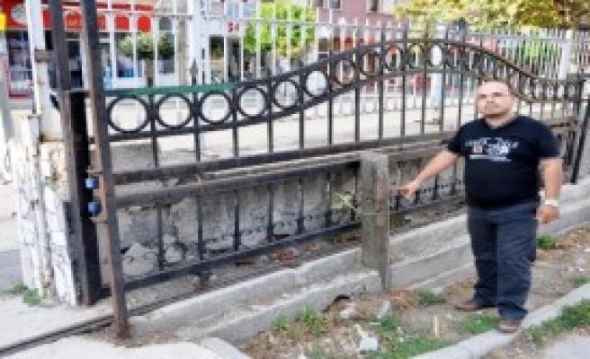Üzerine Demir Kapı Düşen Öğrenci Yaralandı