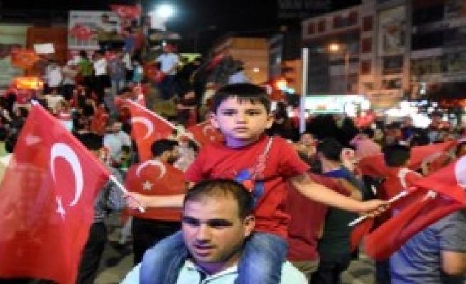 Binlerce Kişi Protestolarını Sürdürüyor
