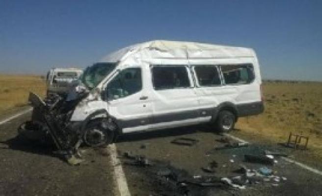 Minibüsle Kamyon Çarpıştı: 16 Yaralı