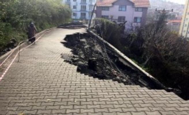 Yağış Sonrası Yol Çöktü