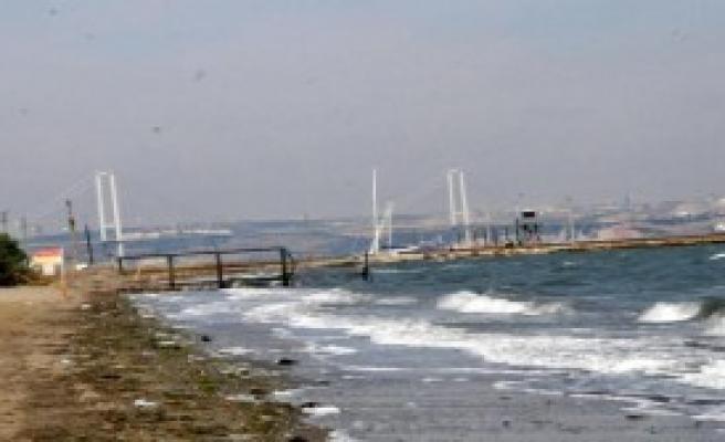 Balıkçı Teknesi Alabora Oldu; 2 Kişi Kurtuldu, 1 Kişi Kayıp
