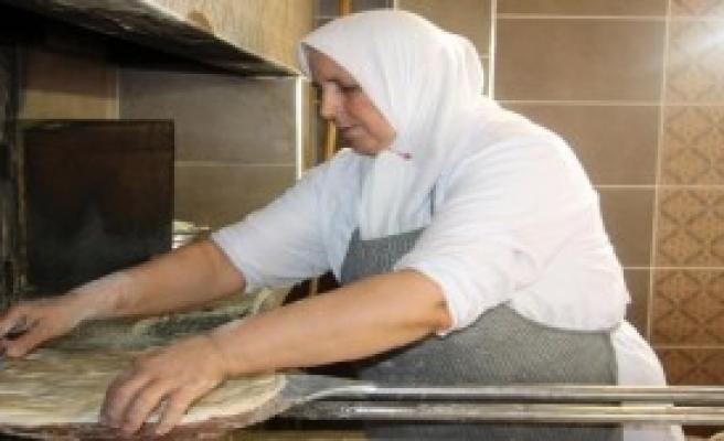 Kadınlar Ekmek Yapıyor