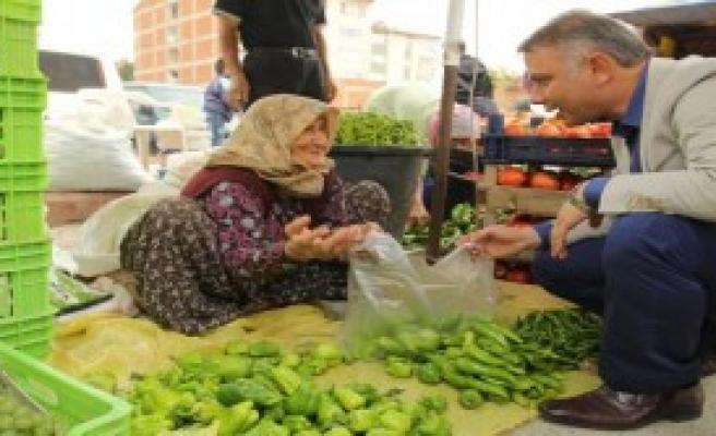 Yaşlı Kadın Bahçesinde Üretip Pazarda Satıyor