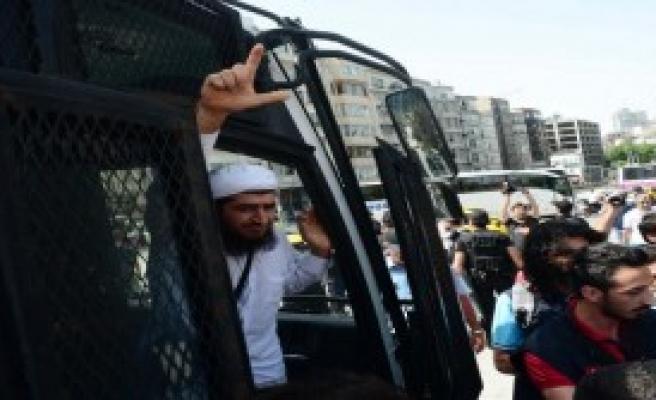 Taksim'de 11 Kişi Gözaltına Alındı