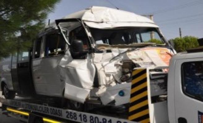 Yolcu Minibüsü İle Kamyon Çarpıştı: 15 Yaralı