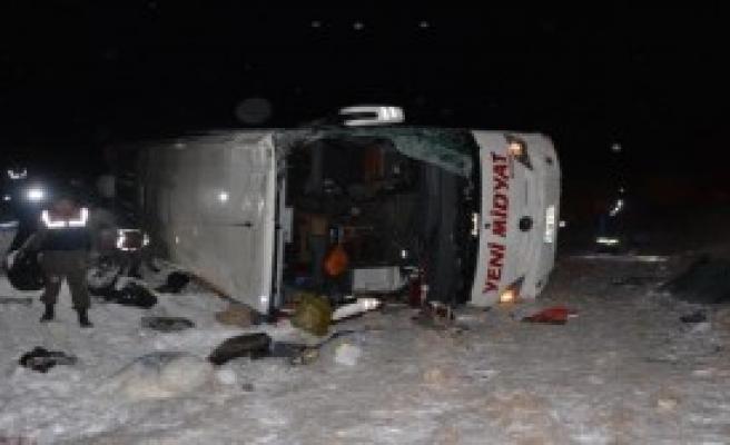 Yolcu Otobüsü Şarampole Yuvarlandı: 1 Ölü, 38 Yaralı