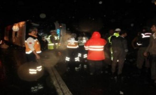 Yolcu Otübüsü Devrildi: 25 Yaralı
