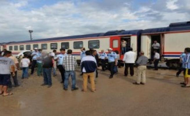 Yolcu Treni Otomobile Çarptı: 1 Yaralı